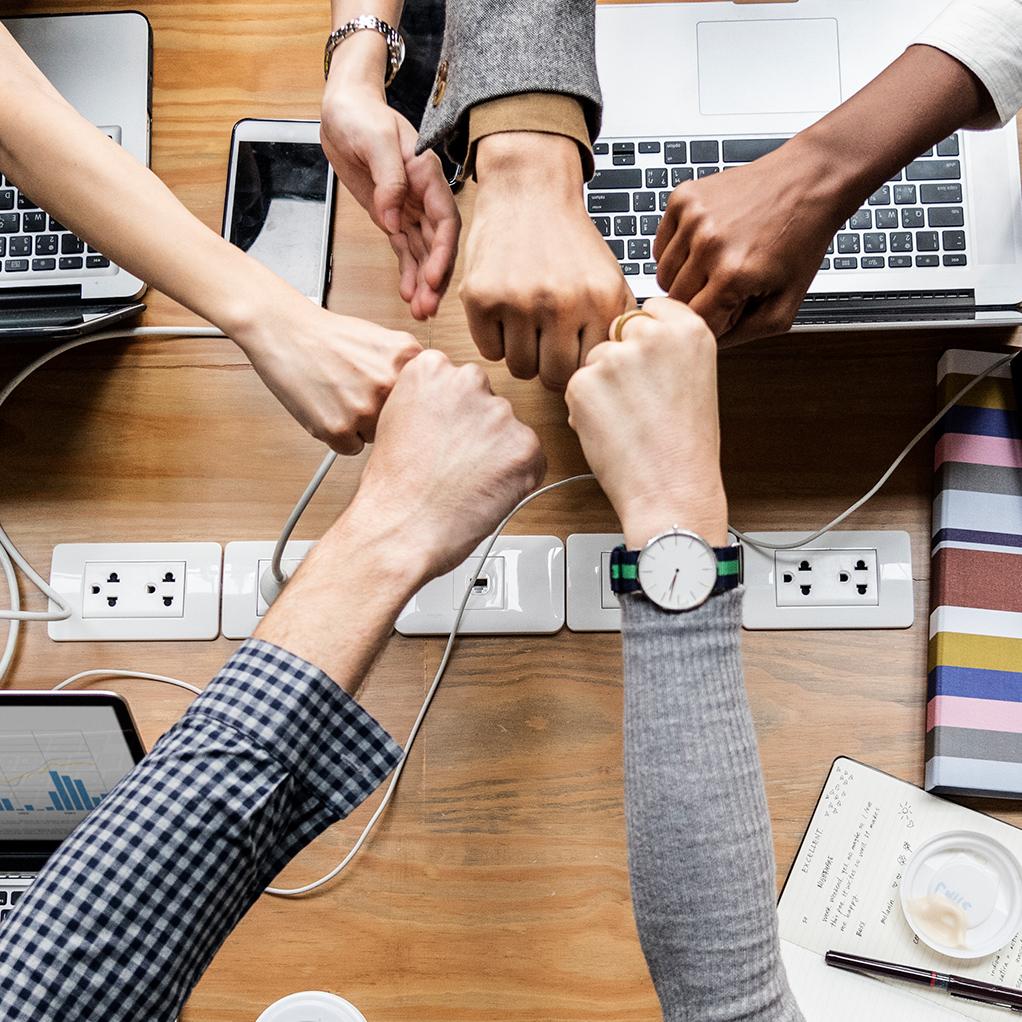 ellerini birleştiren insanlar